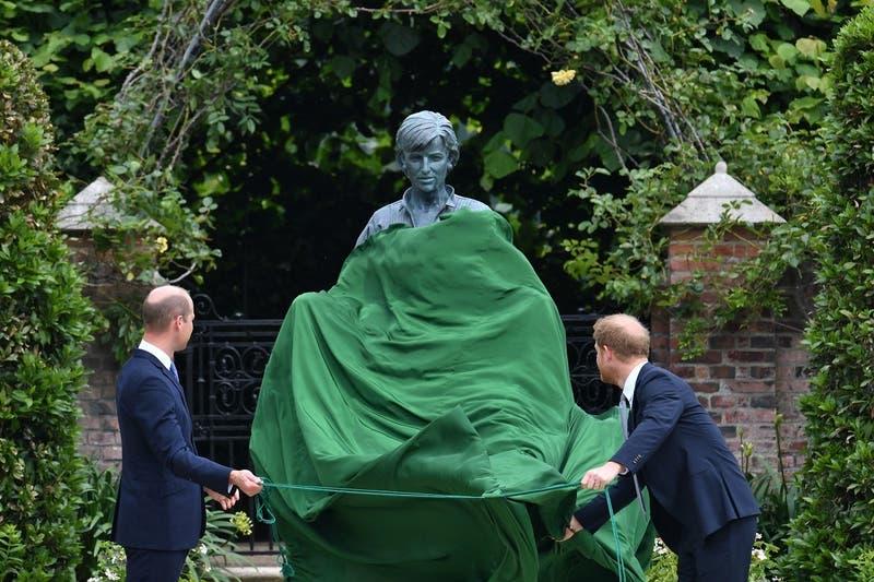 Príncipes William y Harry inauguran estatua de la princesa Diana de Gales en su cumpleaños n°60