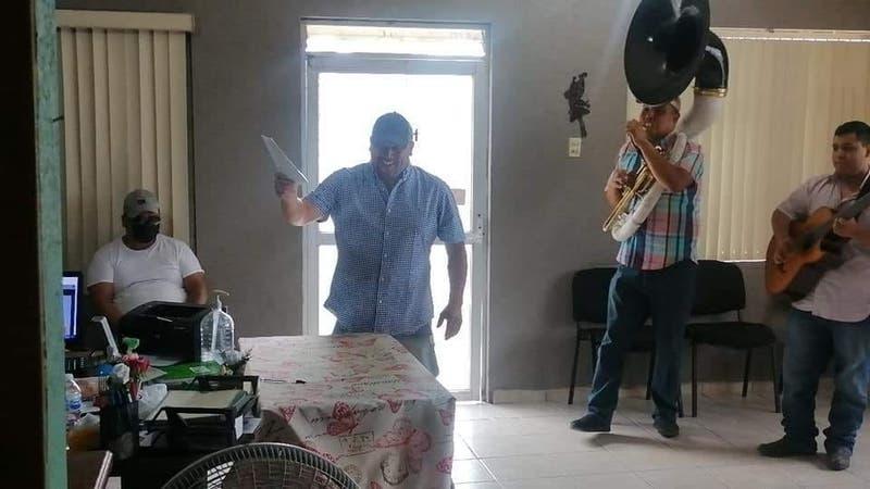"""""""He sido un cabrón"""": Hombre llega con banda musical al registro civil para celebrar su divorcio"""