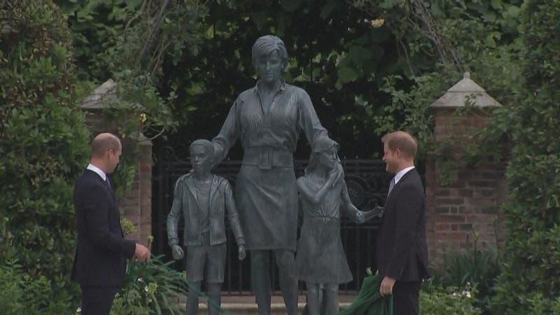 """[VIDEO] Inauguran estatua de Diana: """"Alto al fuego"""" de William y Harry para honrar a Lady D"""