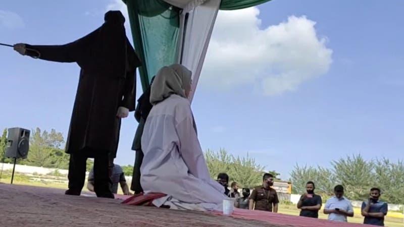 Mujer es castigada a 100 latigazos por tener relaciones sexuales prematrimoniales en Indonesia