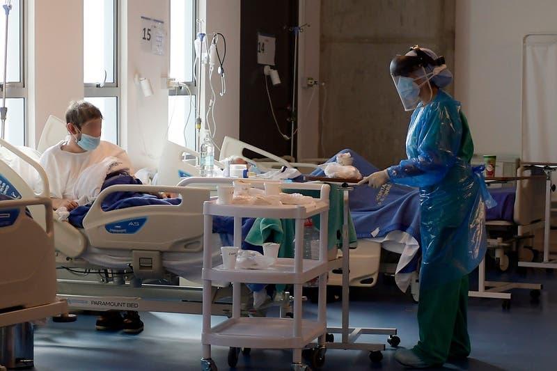 Informe ICOVID: Preocupa el alza de hospitalización de personas mayores de 70 años