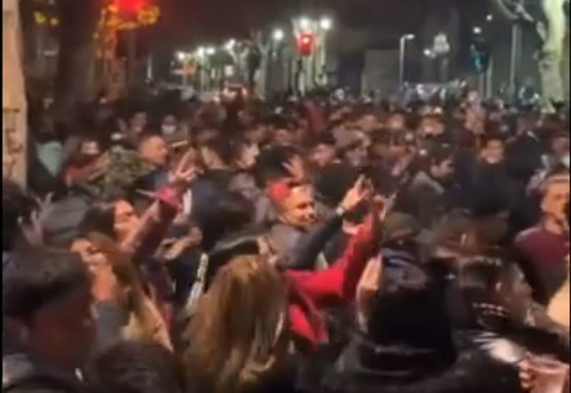 "Descontrol total en masiva fiesta ""improvisada"" en plena vía pública"