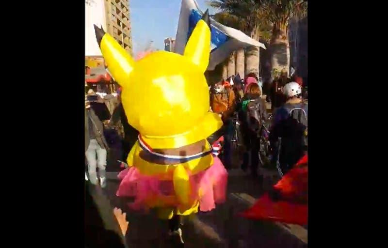 """""""Tía Pikachu"""" llegó con su disfraz al ex Congreso Nacional"""
