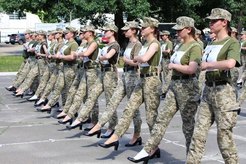 Indignación en Ucrania por imágenes donde se ve a cadetes mujeres marchando en tacos