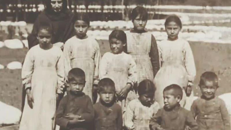 [VIDEO] El horror tras las tumbas de niños indígenas sin nombres