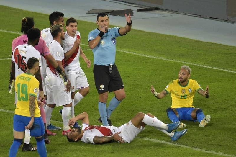 """Brasil y Perú critican """"arrogancia"""" del arbitro chileno Roberto Tobar"""