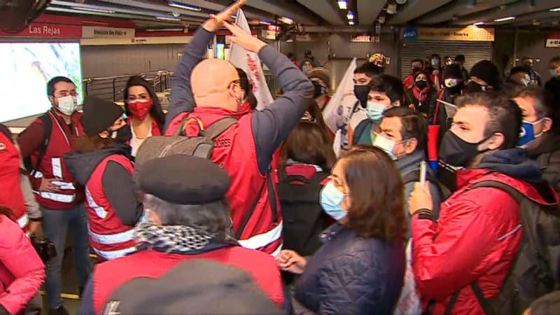 Trabajadores de Metro protestan al interior de estación Las Rejas