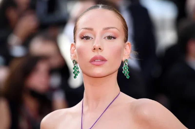 """El destapado vestido """"cut out"""" con el que arrasó Ester Expósito en el Festival de Cannes"""