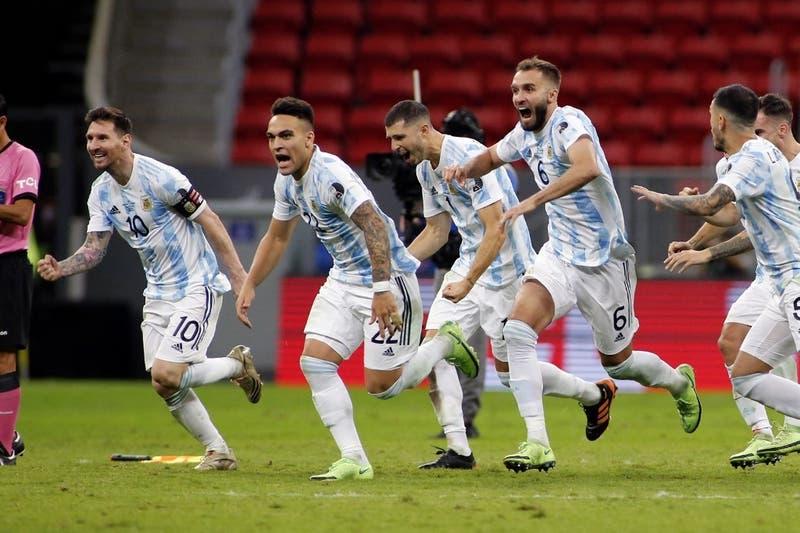 """""""¡Baila ahora!"""": La eufórica reacción de Messi contra Mina en los penales entre Argentina y Colombia"""
