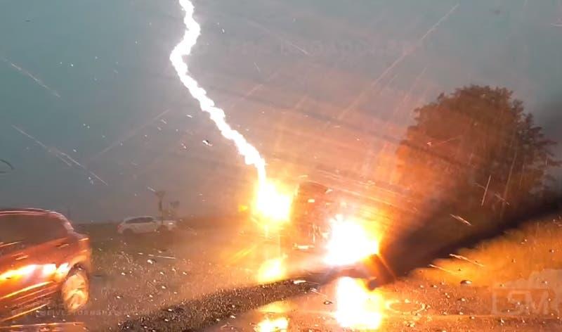 Captan momento exacto cuando un rayo impacta en el techo de un auto con una familia adentro
