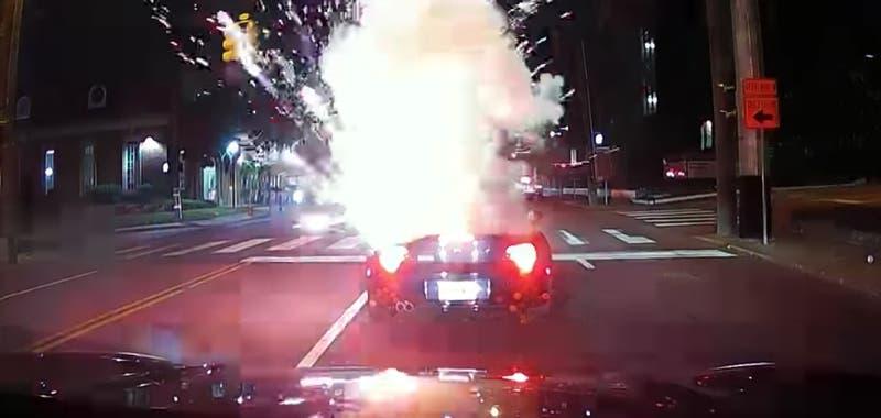 [VIDEO] Sujetos arrojan fuegos artificiales a conductor de auto descapotable