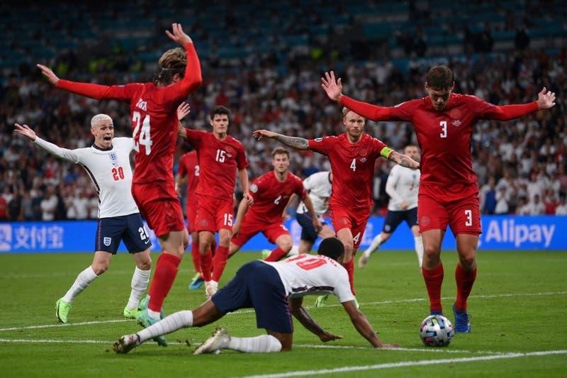 ¿Fue penal? El polémico cobro que le dio a Inglaterra el paso a la final de la Eurocopa 2020
