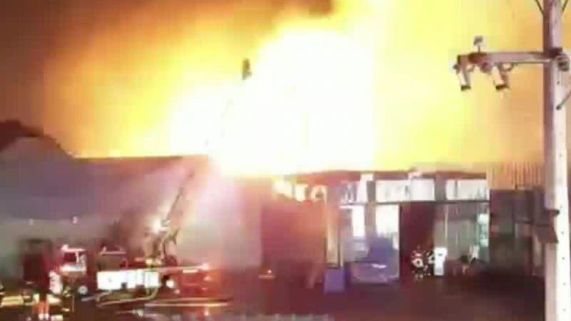 [VIDEO] Fuerte explosión tras incendio en La Granja: siete bomberos y una carabinera lesionados