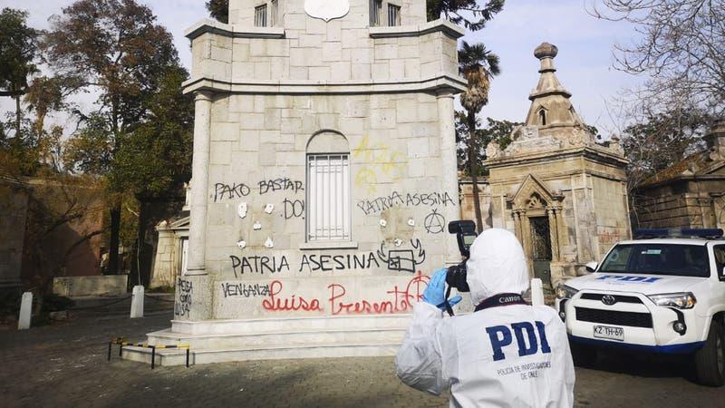 PDI realiza pericias en Cementerio General tras daño a monumentos históricos
