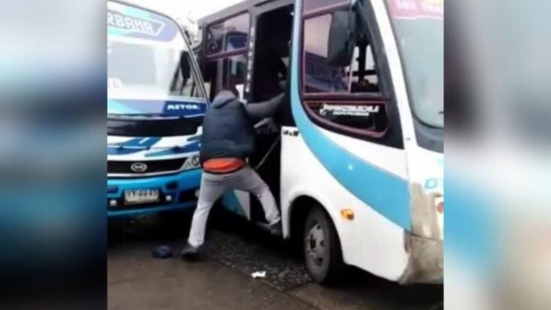 [VIDEO] Captan violenta pelea entre conductores de micros en la Región del Biobío