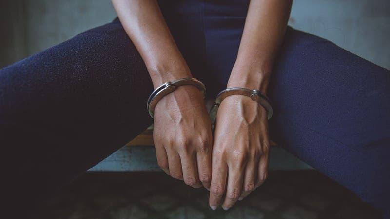 Mujer asesina al hombre que la violó cuando era niña