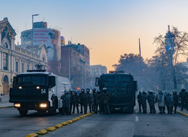 7 detenidos por disturbios en Plaza Baquedano por muerte de comunero mapuche