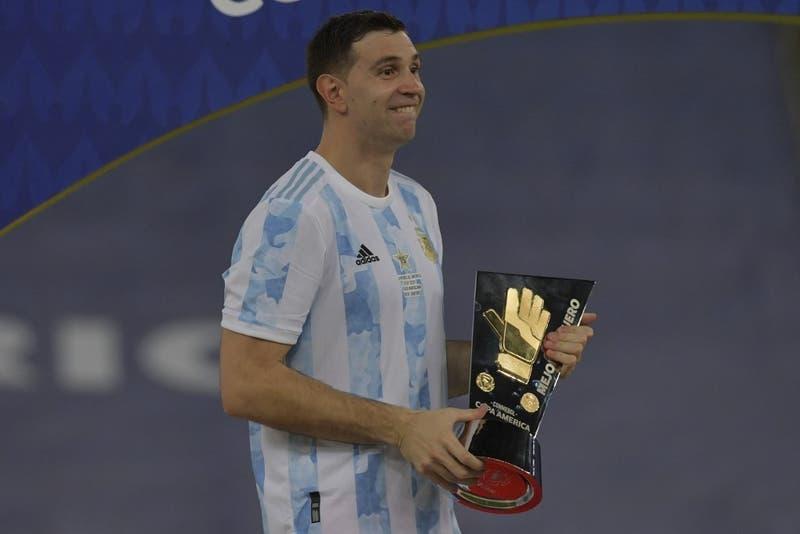 Lo hizo otra vez: el gesto de Martínez tras recibir el premio al Mejor Arquero de la Copa América