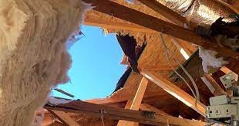 [FOTOS] Soldado atraviesa el techo de una casa luego de que su paracaídas no se abriera