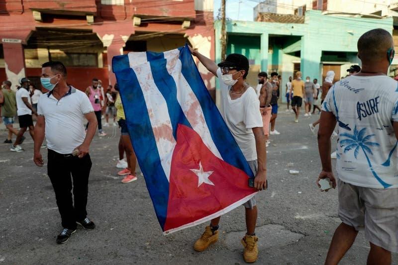 """Biden pide al """"régimen cubano que escuche a su pueblo"""""""