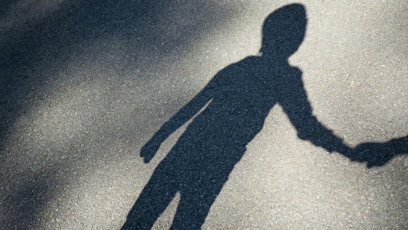 Hombre se reencuentra con su hijo secuestrado hace 24 años por traficantes de personas