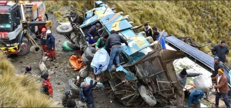 Al menos 34 muertos tras caída de autobús por barranco de más de 100 metros en Bolivia
