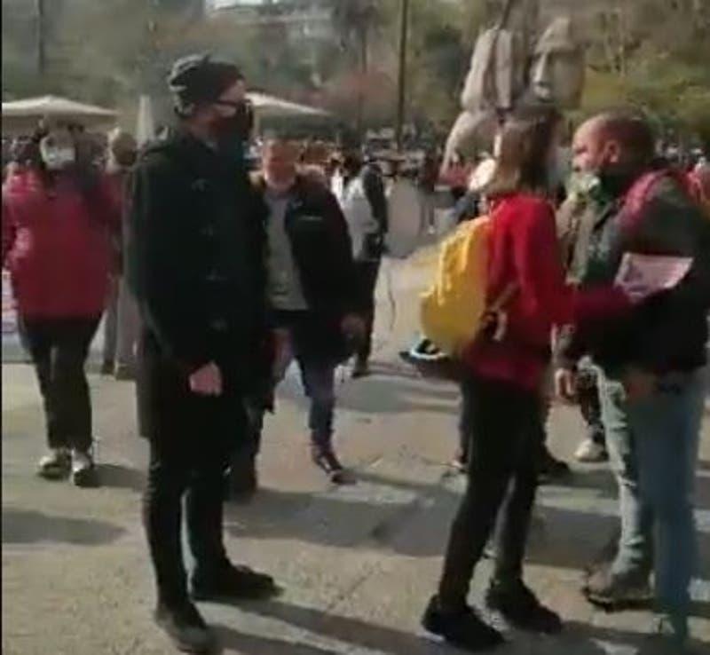 Diputado Jackson es increpado e insultado por un grupo de personas en la Plaza de Armas