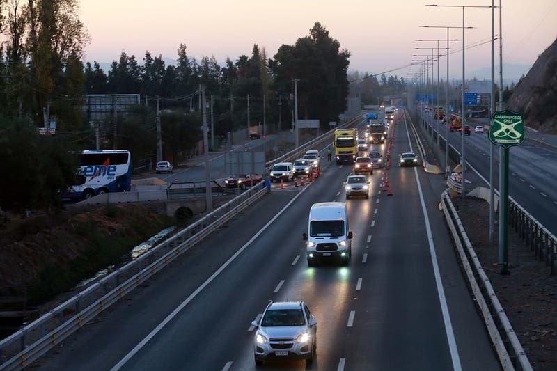Sin cordones sanitarios: Estiman que 215 mil vehículos saldrán de Santiago este fin de semana