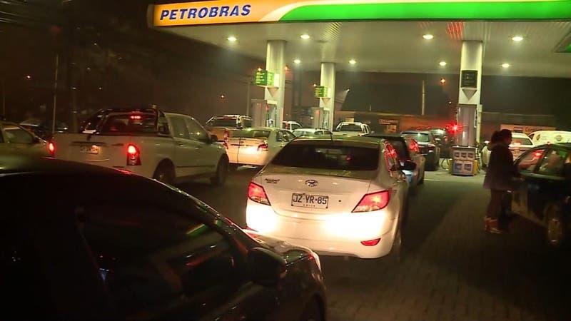 Largas filas en bencineras de Temuco por temor a desabastecimiento