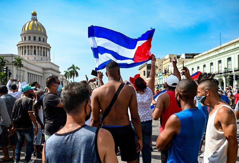"""Cuba niega """"estallido social"""" en protestas que dejan un muerto y más de 100 detenidos"""
