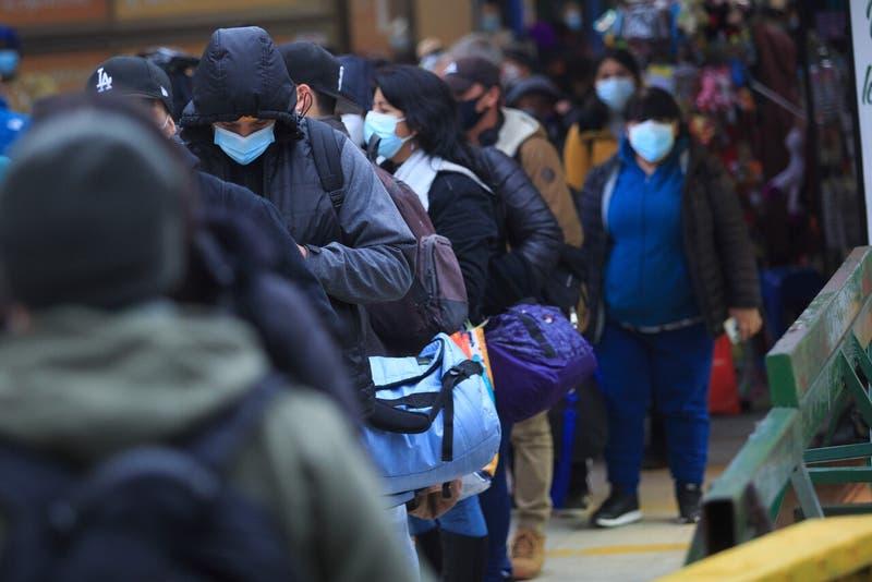 Largas filas en terminal de buses de Santiago en la previa del fin de semana largo