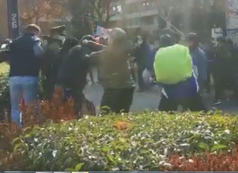 [VIDEO] Violentos enfrentamientos entre manifestantes en consulado de Cuba en Santiago