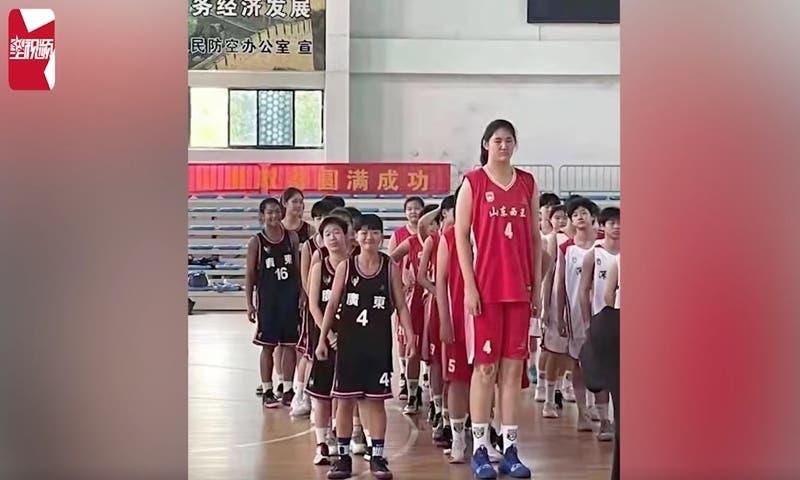 Tiene 14 años y mide 2,26 metros: La niña que se robó la atención en torneo de básquet sub 15