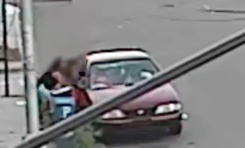 [VIDEO] Registro del momento en que una madre evita el secuestro de su hijo de 5 años