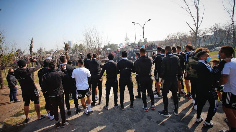 """Con multitudinario """"banderazo"""", Colo Colo afronta crucial duelo ante la UC"""