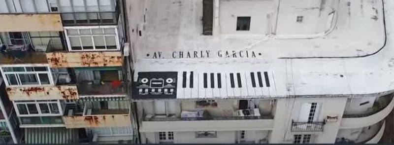[VIDEO] Homenajean a Charly García con un mural y piden que calle lleve su nombre