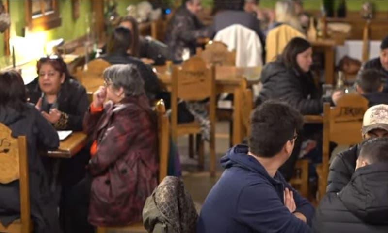 """[VIDEO] Clientes llenaron locales en debut de toque de queda """"acortado"""" en cinco regiones"""