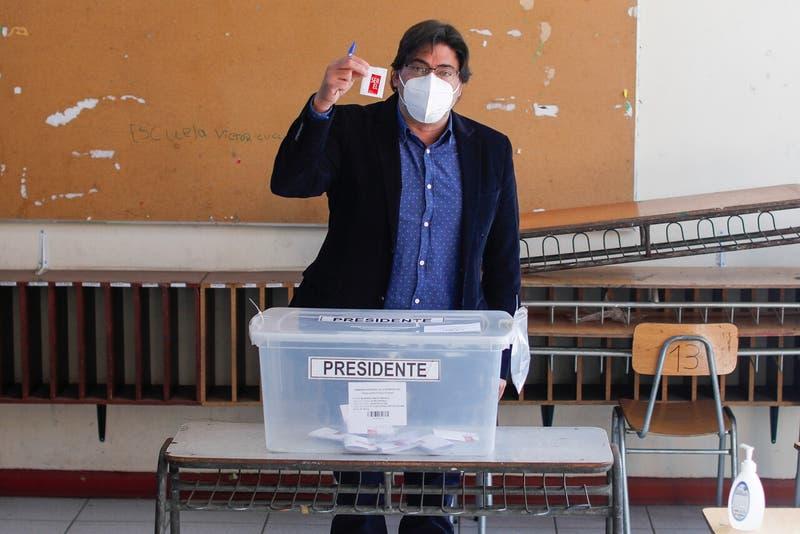 """Jadue tras votar: """"Estoy tranquilo y confiado porque pase lo que pase hoy día venceremos"""""""