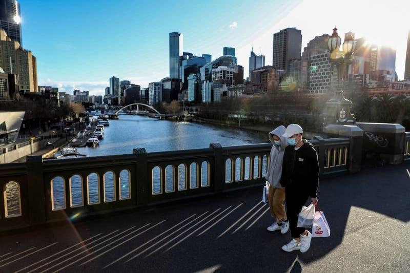 Melbourne extiende confinamiento por brote de COVID-19 en Australia