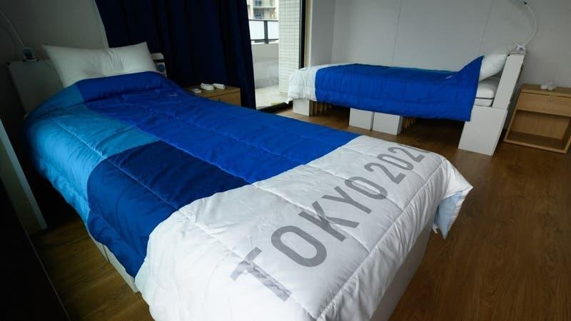 "[VIDEO] ¿Aguantan o no? Deportistas prueban las camas ""anti sexo"" de Tokio 2020"
