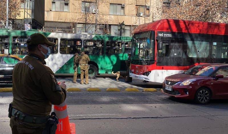 """Operativo policial en plena Alameda por bus que habría sido atacado con """"elementos contudentes"""""""