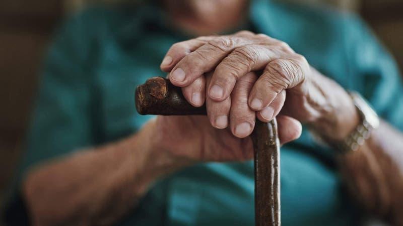 """Anciano de 80 años es encontrado muerto con un mensaje en el pecho: """"Toco a niñas pequeñas"""""""