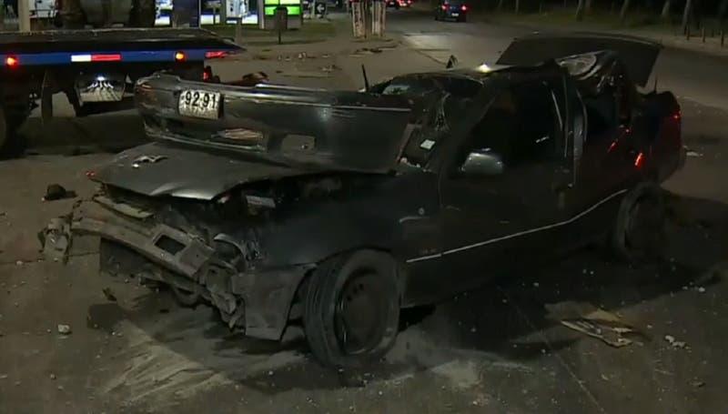 Vehículo protagoniza violento volcamiento en centro de Santiago: ocupantes huyeron