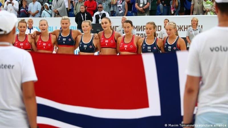 Multan a jugadoras noruegas de balonmano de playa por negarse a usar bikini