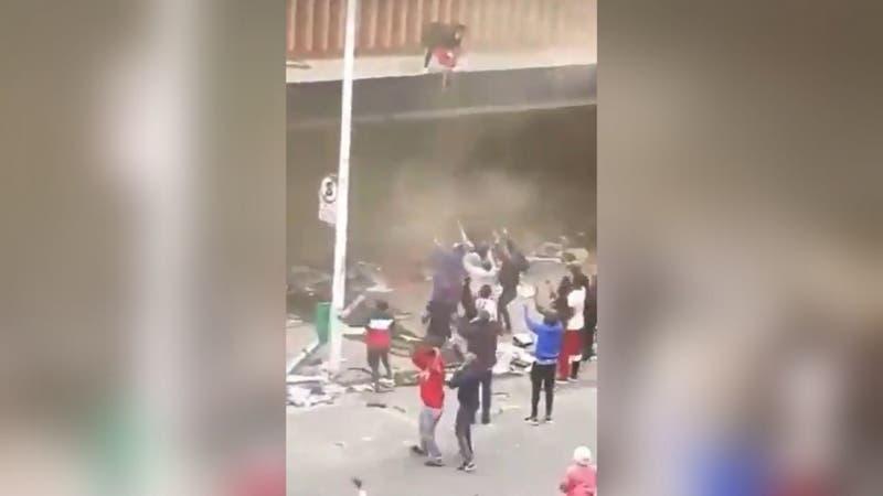 [VIDEO] El impactante momento en que mujer lanza a bebé desde un edificio en llamas para salvarla