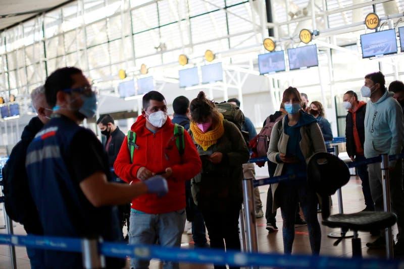 Las autoridades recalcaron que las personas deben seguir cumpliendo con medidas como el uso de mascarillas y distanciamiento social para evitar los contagios de COVD-19.