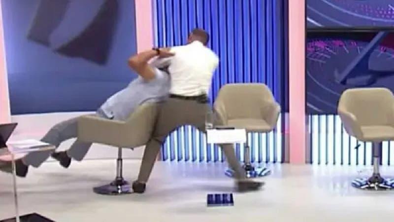 [VIDEO] La brutal pelea de dos políticos en un debate televisado: Uno quedó noqueado tras los golpes