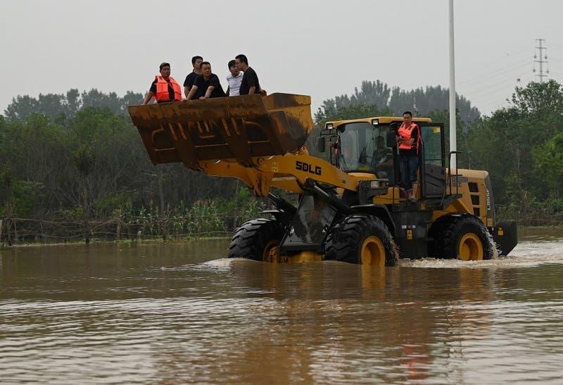 Nuevas inundaciones anegan el centro de China en medio de avance de tifón