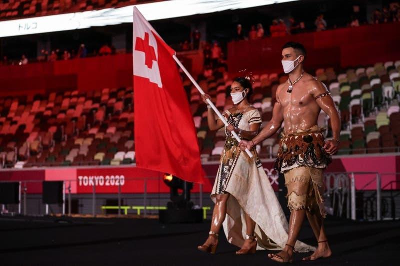 Abanderado de Tonga se roba las miradas en la inauguración de los Juegos Olímpicos Tokio 2020