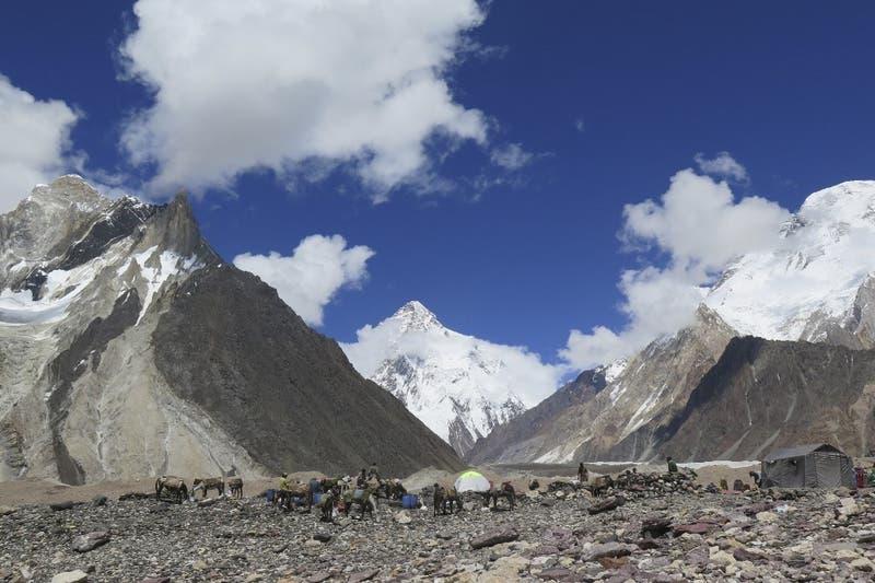 Alpinista escocés de 68 años murió al intentar escalar montaña K2 en Pakistán